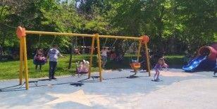 Yaklaşık iki aydır evden çıkmayan çocuklar parklara akın etti