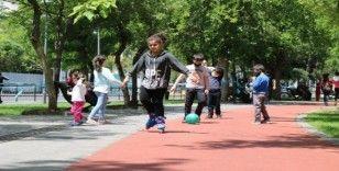 Kısıtlama 4 saatliğine kaldırıldı, Diyarbakır'da çocuklar haftalar sonra parklara koştu