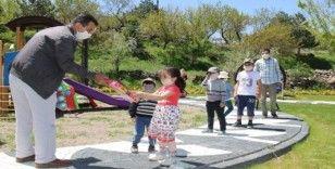 Başkan Özdoğan çocukları sevindirdi