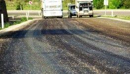 Çöl sıcakları gelmeden asfalt eridi