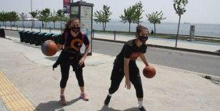 Sokağa çıkan ikiz kardeşler basketbol oynadı