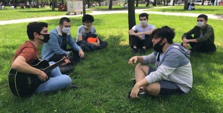 """Polisten gitar çalan gençlere: """"Maskeyi takarak eğlenelim"""""""