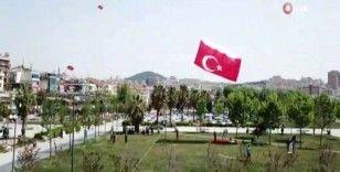 Sokağa çıkan gençlerin dev Türk bayrak motifli uçurtma ile 19 Mayıs kutlaması havadan görüntülendi