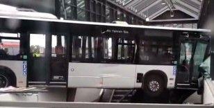 Almanya'da otobüs, tren istasyonuna daldı: 2 yaralı