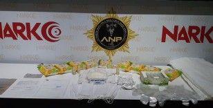 Sahte seyahat belgesi ile uyuşturucu taciri yapan 3 kişi yakalandı
