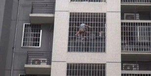 Pencere korkuluklarına sıkışan çocuğu kurtarma operasyonu