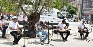 Gemlik'te sokağa çıkan vatandaşlara müzik ziyafeti