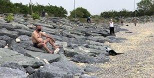 Sosyal mesafeli güneşlendiler, yasağa rağmen denize girdiler