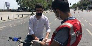 Bisikletle işe giden güvenlik görevlisi trafik denetimine takıldı
