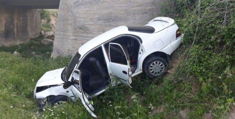 Otomobil dereye yuvarlandı: 4 yaralı