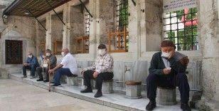 65 yaş üstü vatandaşlar vakitlerini Eyüpsultan Camii avlusunda geçirdi