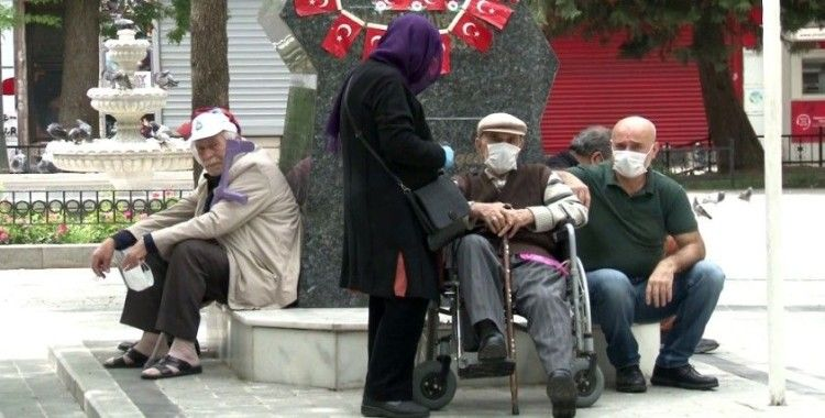 65 yaş üzeri vatandaşlar günler sonra yeniden sokağa çıktı