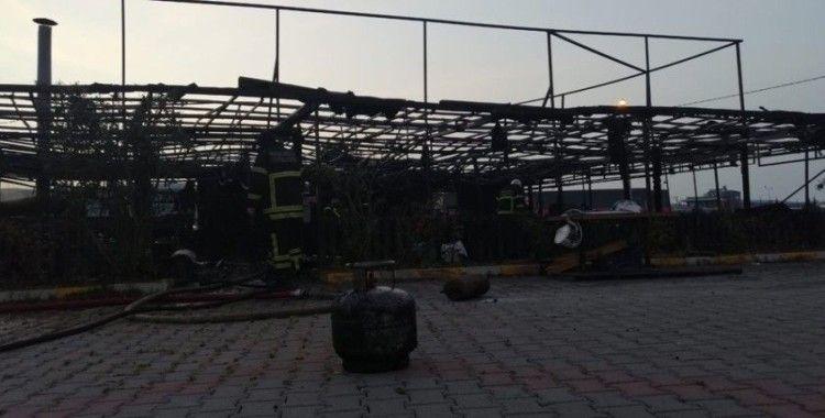 İstanbul ve Kocaeli'nin sınır noktasında çıkan yangında lokanta kullanılamaz hale geldi