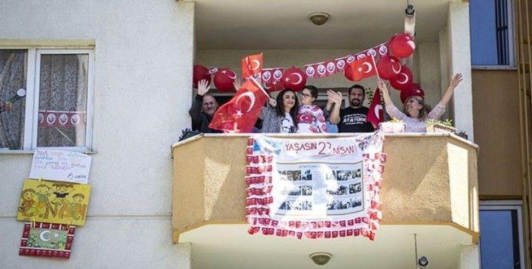 Türkiye, 19 Mayıs'ı camlarda ve balkonlarda İstiklal Marşı okuyarak kutladı