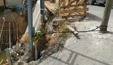 Devrilen elektrik direğini halatla bağladılar