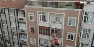 İstanbullular 19 Mayıs'ı balkon ve camlara çıkarak kutladı