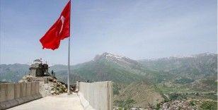 Kato Dağı'na 19 Mayıs kutlamaları kapsamında dev Türk bayrağı dikildi