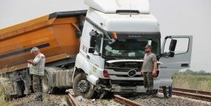 Yoldan çıkan hafriyat kamyonu tren raylarında durdu
