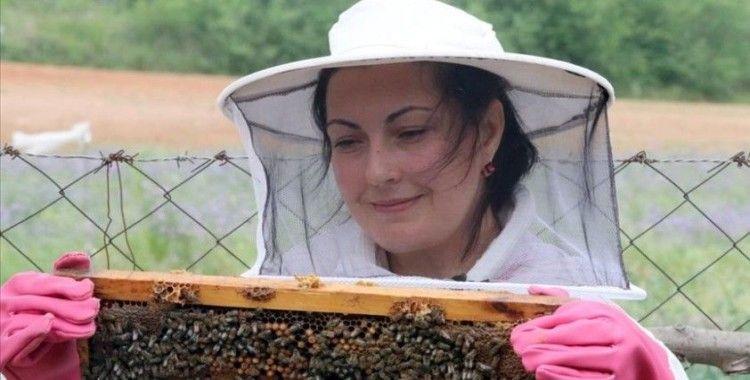 'Altın kızlarım' dediği arılarıyla patroniçe oldu