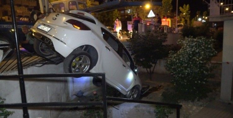 Kontrolden çıkan otomobil sitenin bahçesine girdi