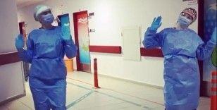 Sağlık çalışanları azalan vaka sayısını dans ederek kutladı