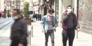 Gençler sokağa çıkma izninde soluğu Taksim'de aldı