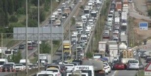 Bayram seyahati nedeniyle E-5'te oluşan kilometrelerce araç kuyruğu havadan görüntülendi