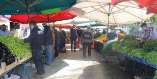 Bayram alışverişini yapmak isteyen vatandaşlar pazarlara akın etti