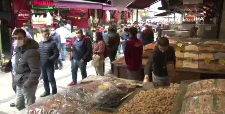 Eminönü'nde sosyal mesafesiz bayram alışverişi