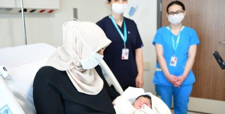 Çam ve Sakura Şehir Hastanesi'nin ilk bebeği 'Defne Sakura' dünyaya geldi