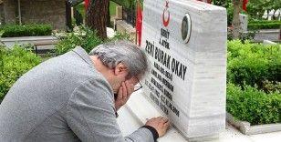 Şehit asteğmenin babası mezarlıkta gözyaşlarını tutamadı