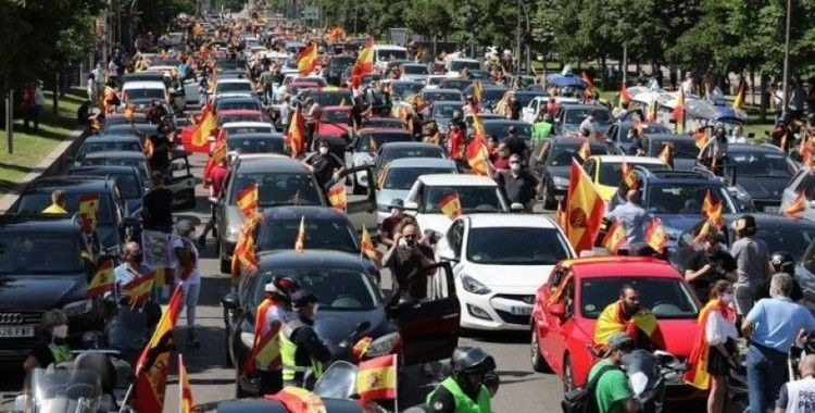 İspanya'da korona kısıtlamalarına 'araçlı' protesto