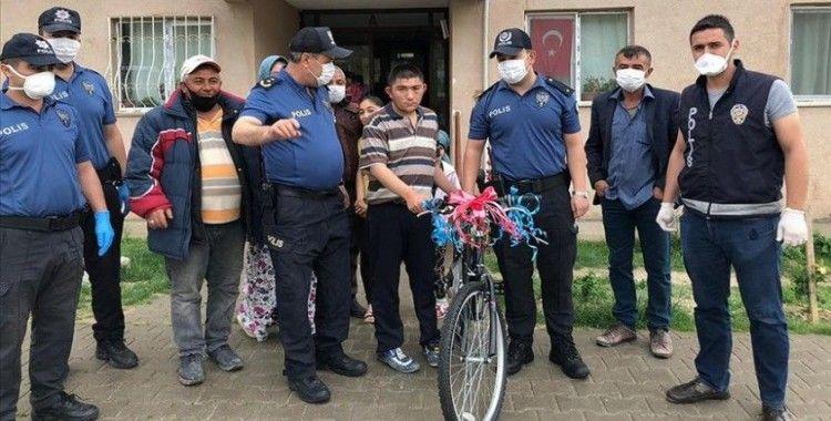 Ankara'da polis zihinsel engelli gence bisiklet hediye etti