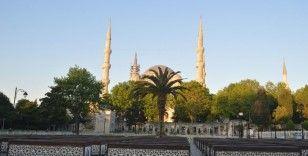 İstanbul'da bayram sabahı dolup, taşan camiiler ve meydanlar boş kaldı