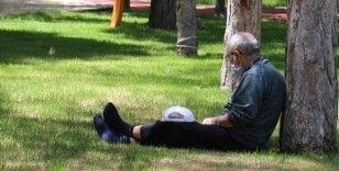 Sokağa akın eden yaşlılar: '2 ay, 3 ayda içeride kalsak sonumuz huzurlu olsun'