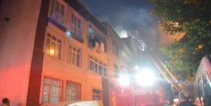 Küçükçekmece'de 4 katlı apartmanın çatısı alev alev yandı