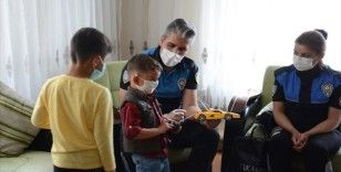 Van'da polisler ekip aracından kaçan çocuğa sürpriz yaptı