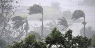 Avustralya'da fırtına 60 bin evi elektriksiz bıraktı