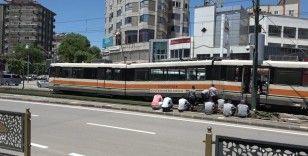 Raydan çıkan tramvay 6 saat sonra kaldırıldı