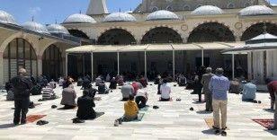 Cuma namazında vatandaşlar camilere akın etti