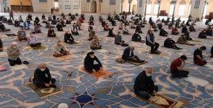 Büyük Çamlıca Camii'nde cemaatle sosyal mesafeli ilk Cuma namazı kılındı