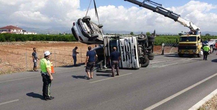 Mersin'de tır yan yattı, taşıdığı 5 otomobil hurdaya döndü