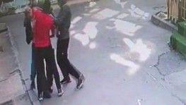 Beyoğlu'nda bayram sabahı yaşlı adamın gasp edildiği anlar kameraya yansıdı