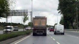 Moloz yüklü hafriyat kamyonu tehlike saçtı