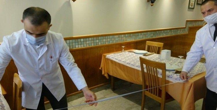 Restoranda metre ile sosyal mesafe ölçümü