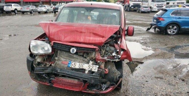 Samsun'da kamyonet kırmızı ışıkta otomobile çarptı: 4 yaralı