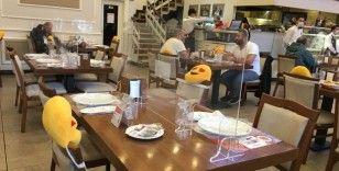 Ümraniye'de restoranda koronaya karşı 'paravanlı masa' önlemi