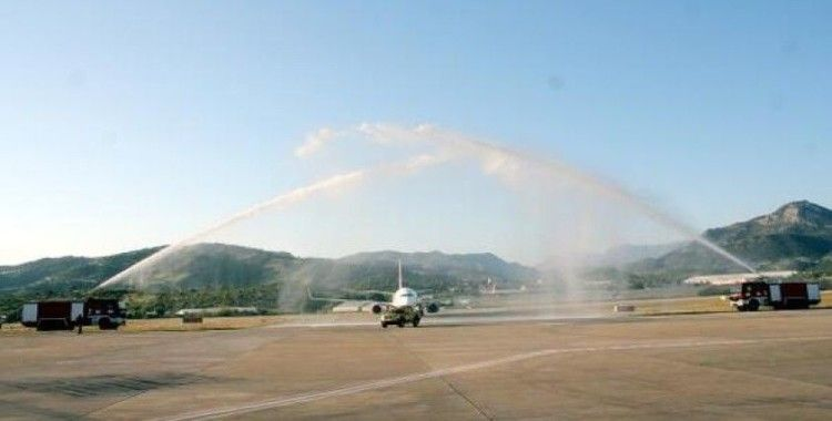 Antalya'da 80 yolcusu bulunan ilk uçağa su takı ile karşılama