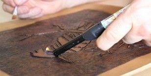 Deriyi özel teknikle yakıp, hat ve tezhip tabloları yapıyor