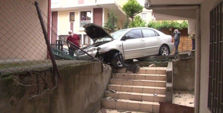 Freni tutmayan otomobil apartmanın bahçesine daldı: 1 yaralı